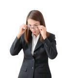 Mano joven asustada y subrayada de la mujer de negocios que sostiene el vidrio Fotografía de archivo libre de regalías