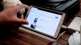 Mano maschio che cerca l'automobile utilizzata di tesla sul sito di ebay archivi video