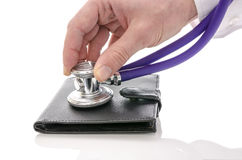 Mano maschio che controlla un portafoglio con lo stetoscopio Fotografia Stock