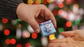 Mano maschio che dà regalo di Natale alla mano femminile stock footage