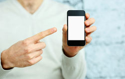 Mano maschio che indica all'esposizione dello smartphone Fotografie Stock