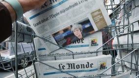 Mano maschio che prende dal giornale francese Le Monde del supporto di giornale video d archivio