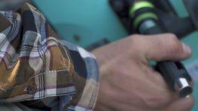 Mano maschio che ripara un primo piano del pattino Inter-chiave per le ruote video d archivio