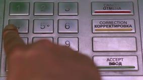 Mano maschio che seleziona una carta di credito in un codice di BANCOMAT archivi video