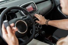 Mano maschio che spinge il commutatore di emergenza in automobile Fotografia Stock Libera da Diritti