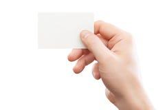 Mano maschio che tiene biglietto da visita bianco al fondo isolato Fotografie Stock