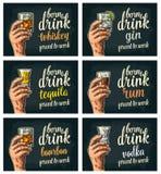 Mano maschio che tiene i vetri con birra, la tequila, la vodka, il rum, il whiskey ed i cubetti di ghiaccio Fotografia Stock Libera da Diritti