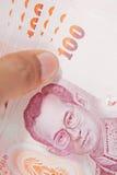 Mano maschio che tiene le banconote tailandesi dei soldi fotografia stock