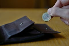 Mano maschio che tiene un euro euro di moneta europea, EUR Fotografie Stock Libere da Diritti