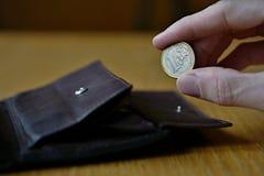 Mano maschio che tiene un euro euro di moneta europea, EUR Fotografia Stock
