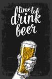 Mano maschio che tiene un vetro di birra Illustrazione d'annata per il web, manifesto, invito dell'incisione a fare festa - tempo Immagine Stock