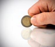 Mano maschio con l'euro due fotografia stock