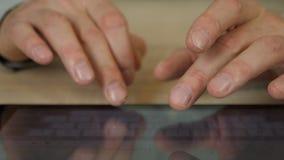 Mano masculina con cierre de la tableta para arriba Golpecito del hombre con el finger Texto que mecanografía en el teclado de la almacen de metraje de vídeo