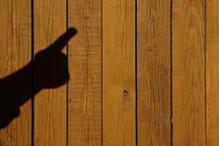 Mano masculina con el dedo índice en un fondo de madera Fotografía de archivo