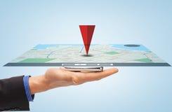 Mano masculina con el mapa del navegador de los gps del smartphone Fotos de archivo libres de regalías