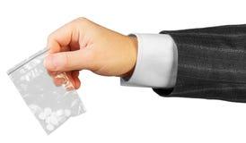 Mano masculina con el paquete de drogas Fotos de archivo