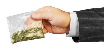 Mano masculina con el paquete de drogas Imágenes de archivo libres de regalías