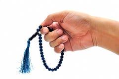 Mano masculina con el rosario Fotografía de archivo libre de regalías
