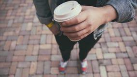 Mano masculina con la taza de café Imagen de archivo libre de regalías