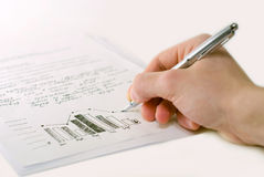 Mano masculina con las cartas de asunto y el gráfico de barra Imagen de archivo