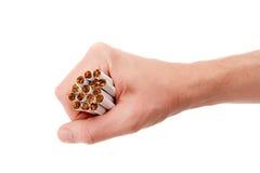 Mano masculina con los cigarrillos Imagen de archivo