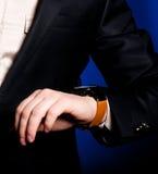 Mano masculina con un reloj Imagen de archivo libre de regalías