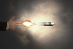Mano masculina del gesto del arma con la bala del tiroteo de la luz de un fuego Imágenes de archivo libres de regalías