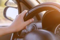 Mano masculina en la rueda del coche imagenes de archivo