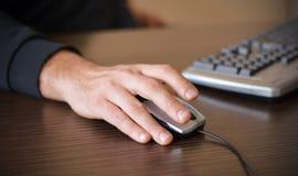 Mano masculina en ratón Foto de archivo libre de regalías