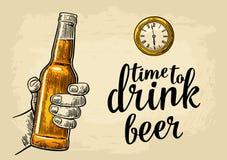 Mano masculina que celebra el reloj de la cerveza de la botella y de bolsillo de la antigüedad ilustración del vector