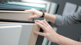 Mano masculina que elige los materiales del gabinete o de la encimera fotos de archivo