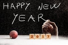 Mano masculina que escribe un texto de la Feliz Año Nuevo Foto de archivo