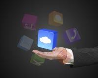 Mano masculina que lleva a cabo el bloque blanco del app de la nube Foto de archivo libre de regalías