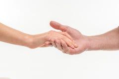 Mano masculina que lleva a cabo la mano femenina foto de archivo