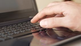 Mano masculina que mecanografía en el teclado metrajes