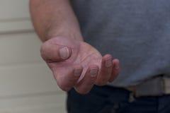 Mano masculina que pide ayuda Fotografía de archivo libre de regalías