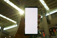 Mano masculina que sostiene el smartphone imágenes de archivo libres de regalías
