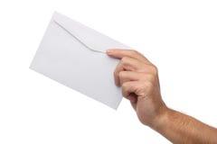 Mano masculina que sostiene el sobre en blanco aislado Imagenes de archivo