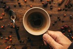 Mano masculina que sostiene la taza de café, visión superior fotografía de archivo libre de regalías