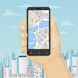 Mano masculina que sostiene smartphone con los gps móviles o el mapa de la navegación de los glonass sobre la ciudad moderna Fotografía de archivo libre de regalías