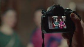 Mano masculina que toma la foto de mujeres en sari en cámara almacen de video