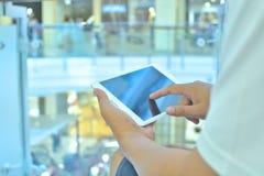 Mano masculina usando el teléfono móvil en fondo moderno del edificio imágenes de archivo libres de regalías