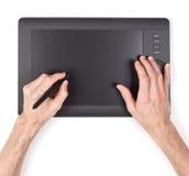 Mano masculina usando la tableta gráfica Imagen de archivo