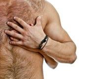 Mano masculina y femenina en el pecho del hombre. Imágenes de archivo libres de regalías