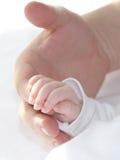 Mano minúscula del bebé con el papá Foto de archivo libre de regalías