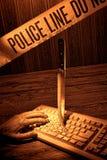 Mano muerta de la mujer en escena del crimen del teclado de ordenador Foto de archivo