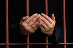 Mano musulmana della donna in prigione Fotografie Stock Libere da Diritti
