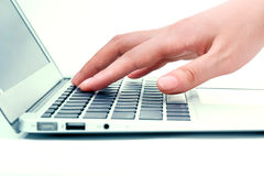 Mano nel computer portatile Fotografia Stock Libera da Diritti