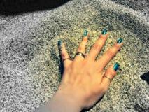 Mano nella sabbia Fotografie Stock Libere da Diritti