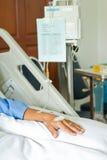 Mano paziente con il dispositivo di venipunzione salino (iv) Fotografie Stock Libere da Diritti